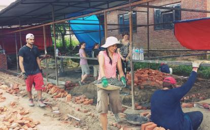 日本人建築ボランティアネパールの学校再建に向けてセメントを運ぶ